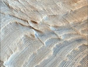 Fig. 2 Identical sedimentary rock layers in groups of 10. (NASA HIRISE)